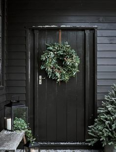 Christmas DIY Outdoor Decor Ideas that Will Wow Your Neighbors this Year - The Trending House Christmas Greenery, Cozy Christmas, Outdoor Christmas, Christmas 2019, Christmas Wreaths, White Christmas, Christmas Feeling, Christmas Wishes, Rustic Christmas