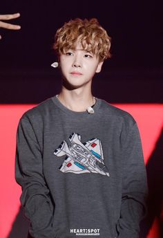 he's already so dam cute! y kill me with the ears? Koo Jun Hoe, Kim Jinhwan, Ikon Wallpaper, Ikon Debut, Hip Hop And R&b, Gothic Rock, Korean Wave, Latest Albums, New Kids