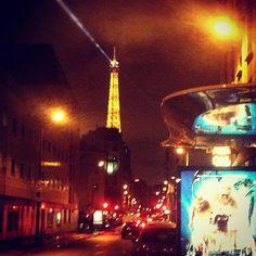 E poi volti l'angolo e ti trovicosì la tour Eiffel illuminata davanti... #happy #instagood #instalike #travelingram #igers #igdaily #igtravel #travel #paris #parigi #france #igers