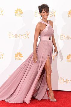 """Premios Emmy 2014: """"Halle Berry, espléndida con un vestido rosa por Elie Saab""""."""