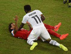 LUCHA LIBRE. El centrocampista ghanés Sulley Ali Muntari discute con el centrocampista de EE.UU. Jermaine Jones, durante el partido del Grupo G