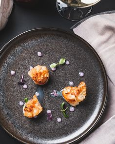 In front of my lens: A Mediterranean trio of scallops, pea mayonnaise, and ham chips. Kitchen chef Patrick at knows how to bring Italy into the Austrian Alps. Food Photography Props, Photography 101, Scallops, Mayonnaise, Alps, Acai Bowl, Italy, Breakfast, Kitchen