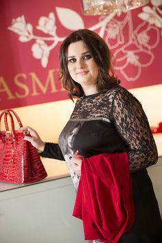 Tretí outfit sme vybrali v predajni JASMINE. Nová jarná kolekcia tejto značky ponúka široký výber elegantných šiat v rôznych farbách a variáciách. Takéto oblečenie je elegantnejšie, vhodné či už na firemnú párty alebo napríklad aj večeru vo dvojici.