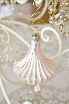 gold&white xmas I fehér-arany karácsony Christmas Rose, Shabby Chic Christmas, Elegant Christmas, Christmas Colors, All Things Christmas, Christmas Decorations, Christmas Ornaments, White Ornaments, Victorian Christmas