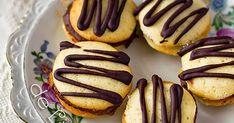 Fursecuri fragede si delicioase, umplute cu crema fina de ciocolata! Mmm, ce poate fi mai bun de-atat?? ;) Ingrediente: (pt. a...