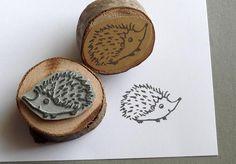 Frecher Igel sucht ein neues Zuhause, im Gegensatz zu seiner Verwandtschaft aus dem Garten, fühlt er sich auch auf Deinem Schreibtisch wohl. Stempel zum Gestalten von Karten, Bastelprojekten,...