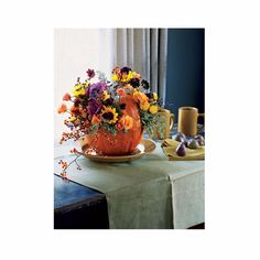 Fall centrepiece: pumpkin + flowers