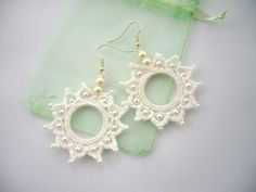 Hey, diesen tollen Etsy-Artikel fand ich bei http://www.etsy.com/de/listing/85942427/crochet-beaded-earrings-white-cotton
