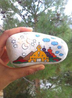 Плевенчанката Миглена Мартинова рисува миниатюри върху камъни в Кипър, град Кирения. Оригиналната идея й хрумва случайно. Първоначално събира интересни камъни от няколко безлюдни плажове. В последствие си спомня за детството, в което четките и боите присъстват постоянно, тъй като баща й е художникът Тошко Мартинов. Водена от тази асоциация, талантливата плевенчанка започва да рисува. Съпругът й разчертава миниатюрите, а тя ги оцветява. Резултатът са прекрасни и въздействащи произведения на…