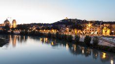 Verona è nota in tutto il mondo per il fascino che emana dalle piazze e dai vicoli, e per i tanti eventi e spettacoli che arricchiscono la città durante tu