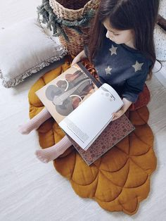 Stylish mat in natural style in the form of a pinecone. An unusual and very quivering gift for the New Year holidays. Ideal for shooting in Christmas style. He can serve as a rug for a child or be used as a bedside rug in his bedroom. For active games and lazy tranquility, for