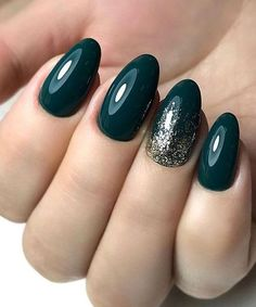 Exquisite Holiday Nails To Celebrate The Occasion - manicure pedicure Dark Green Nails, Dark Nails, Green Nail Art, Cute Nails, Pretty Nails, My Nails, Bling Nails, Stiletto Nails, Simple Nail Art Designs
