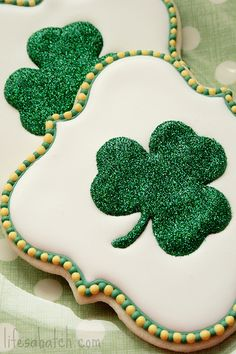 St. Patrick's Day shamrock cookies, glittered shamrocks Repinned by:#TheCookieCutterCompany