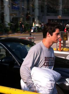 dylan looks so cute in his boston college sweatshirt carrying his pillow Teen Wolf Boys, Teen Wolf Dylan, Teen Wolf Stiles, Teen Wolf Cast, Dylan O Brien Imagines, Dylan O Brien Cute, Meninos Teen Wolf, Bae, Theme Harry Potter
