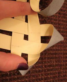Kädenjälkiä - handmade by Eva: Heijastinkuutio Origami, Arts And Crafts, Sewing, Paper, Handmade, Diy, Craft Ideas, Pendant, Dressmaking