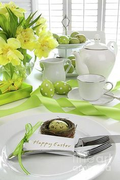 Decorating a table for Easter. Here is a beautiful selection of 20 creative ideas to decorate a table for Easter! Be inspired… Have fun and enjoy yourself. Easter Table Settings, Easter Table Decorations, Easter Decor, Easter Centerpiece, Easter Crafts, Easter Ideas, Centerpiece Ideas, Spring Decorations, Easter Recipes