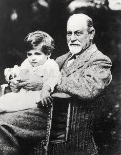 Sigmund Freud mit seinem Enkel Stephan Gabriel (ältester Sohn von Ernst Freud). Photographie. Um 1916. S. Freud avec Enkel Stephan Gabriel fils de Ernst Freud.1916.