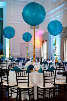 Decoración de fiesta: globos gigantes, serpentinas doradas y manteles blillantes - Party Decorations: Giant balloons, gold streamers and glitter tablescapes
