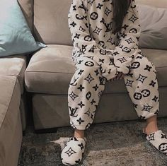 Ultra hard pajama with Louis Vuitton pictographs. Cute Comfy Outfits, Trendy Outfits, Cool Outfits, Cute Pajamas, Pajamas Women, Louis Vuitton Dress, Mode Shoes, Cute Sleepwear, Pajama Outfits