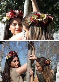 """"""" Y entonces con una cuerda y una lazada me coloqué las flores, no sabía si como media corona en mi peinado o como cinturón"""" El mono azul claro largo, sin mangas y con trabillas en la …"""