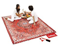 A picnic blanket that looks like an oriental rug. The Picnic Lounge measures 82x 107 and has a zippered pouch. It comes with a carrying strap, a brush and oversized pins to secure the blanket to the ground.