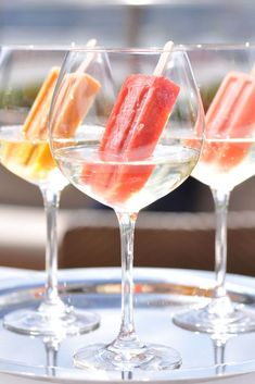 champagne popsicles Ice pops + bubbly = this summer's sweetest sparkling sipper. Wine Popsicles, Champagne Popsicles, Alcoholic Popsicles, Alcoholic Beverages, Fun Drinks, Summer Cocktails, Summer Parties, Wine Cocktails, Cocktail Recipes