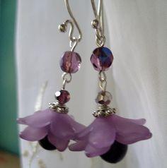Purple flower earrings Lucite Flower Earrings, Beaded Earrings, Beaded Jewelry, Pearl Earrings, Drop Earrings, Jewellery, Diy Crafts Jewelry, All Things Purple, Purple Flowers
