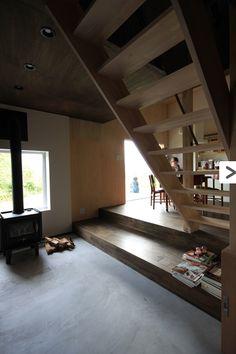 モルタル仕上げの広々玄関土間-1(『HDFの家』〜自然の恵みを身近に体感できる住まい〜)- 玄関事例