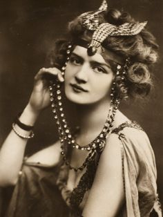 Fantastic post on fascinators and hats throughout history!