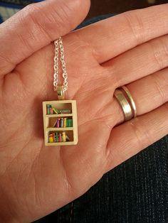 Bookshelf necklace from Craftster Book Jewelry, Cute Jewelry, Diy Jewelry, Jewelery, Jewelry Accessories, Mini Craft, Miniature Crafts, Craft Organization, Miniture Things