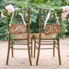 We love these #rustic look 'Mr and Mrs' #wooden chair signs  Perfect for an #outdoor summer #wedding