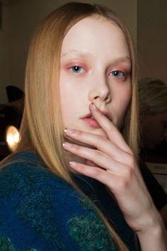 les yeux saumon évanescents et l'ongle semi lune dorée chez SUNO FW 2014 New York Fashion Week autumn fall winter 2014 make up trends