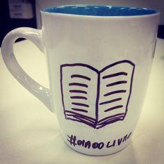"""Uma boa chocará de café e um livro, a combinação perfeita para hoje o """"dia do livro"""" www.diariodebordo.net.br #cafe #cafeina #livro #diadolivro #literatura"""