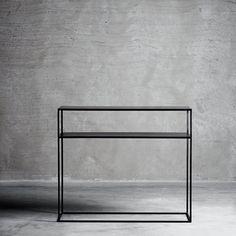 Flot konsolbord i sort jern og en hylde under bordpladen. Bordet er i tidsløst design og er fuld af funktion alt imens det er et enkelt og dekorativt konsolbord. Brug konsolbordet i stuen med smuk keramik og grønne planter. Hylden lige under bordpladen gør det nemt at opbevare både magasiner og bøger sammen med dekorative objekter. Bordets enkel design gør at selvom det er lavet af jern, så er det ikke et møbel der bliver tungt i indretningen. Og den minimalistiske stil får konsolbordet til…