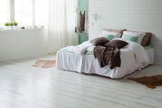Parchetul din lemn de stejar Shoreline White este indicat pentru interioare minimaliste.  Simplu, elegant si totusi seducator.