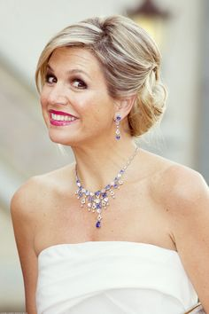 Queen Maxima of The Netherlands attends the gala concert of the 'Koninklijke Sophia's Vereeniging' and wears a white Donna Karan dress. Royal Queen, King Queen, Nassau, Royal Dutch, Dutch Queen, Dutch Royalty, Royal Jewelry, Jewellery, Estilo Fashion
