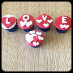 Kit Love | Cinco cupcakes cobertos com pasta americana. Massa do bolo e recheio de sua preferência.