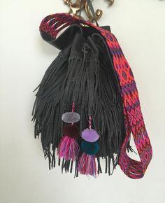 Bolsa de piel con flecos y asa de chamula tejida a mano por artesanos chiapanecos!  Leather bag with fringes and hand-woven chamula handle made by Chiapas artisans!  #arte #artelocal #artesanal #hechoamano #alpaca #piel #localstyle #localart #outfitaccessory #style #fairtrade #fairtradefashion #boho #bohemio #bohochic #bohostyle #bohemian #shoplocal #supportlocal #handbag #like4like #followme #photooftheday #instagood