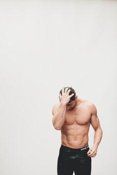 tycker om den här mannens heta muskulösa kropp!