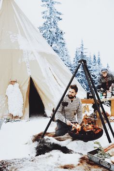 A Norwegian feast - in the woods! Smalhans chefs Anders Braathen, left, and Jon Marius Sletten. Photo via Bon Appetit Magazine Lofoten, What Is Hygge, Scandinavian Holidays, Camping Sauvage, Winter Camping, Camping Life, Camping Store, Cozy Cabin, Outdoor Life