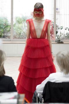 La robe plissée du défilé Dior haute couture step by step Dior Haute Couture, Style Couture, Couture Details, Couture Week, Fashion Week, Fashion Show, Fashion Design, High Fashion, Vogue Paris
