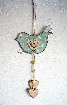 Antiikkivihreä, puinen linturiipus spiraalikoristein napilla, kokonaispituus 30 cm // Antique green wooden bird with spiral decorations and button heart, total length 30 cm