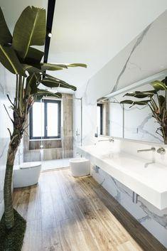 The floating vanity contributes to the roominess of the bathroom #ContemporaryInteriorDesignbathroom