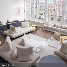 Durch die großen Sitzflächen und die dazugehörige moderne Kissenlandschaft lädt dieses Wohnzimmer zum gemeinsamen Entspannen ein. Der helle, elegante Stil  …