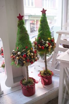 A Christmas tree in the living room will be made beautiful if the kind of lights chosen to be hung around it is correct and bright enough. Beautiful Christmas Decorations, Christmas Flowers, Handmade Christmas Decorations, Christmas Makes, Diy Christmas Tree, Outdoor Christmas, Xmas Tree, Christmas Tree Decorations, Holiday Crafts