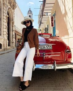 Wait just a moment before you pack away your crisp summertime jeans, because we found the best white-pant outfits for fall. Modest Fashion Hijab, Modern Hijab Fashion, Street Hijab Fashion, Modesty Fashion, Casual Hijab Outfit, Hijab Fashion Inspiration, Muslim Fashion, Cute Casual Outfits, White Pants Outfit