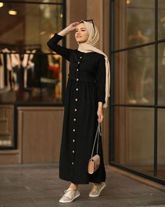 Image may contain: one or more people and people standing Stylish Hijab, Modest Fashion Hijab, Modern Hijab Fashion, Street Hijab Fashion, Hijab Fashion Summer, Casual Hijab Outfit, Hijab Fashion Inspiration, Hijab Chic, Muslim Fashion
