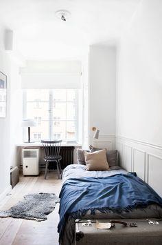 Kleines WG-Zimmer mit Bett, Schreibtisch am Fenster und kuschligem Teppich. #Einrichtungstipp #smallroom #WGZimmer