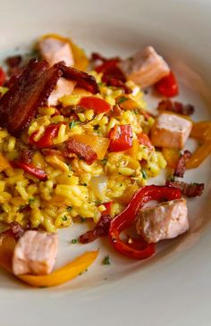 SALMON RISOTTO WITH BELL PEPPERS, BACON AND SAFFRON - Crispy bacon goes well with the softness of the salmon and the sweetness of the pepper; saffron completes the whole and allows the risotto to become creamy. - recipe dinner recipes fish