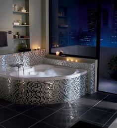 Los revestimientos de gresite son ideales para baños amplios porque aportan colorido y llenan el baño por sí solos.